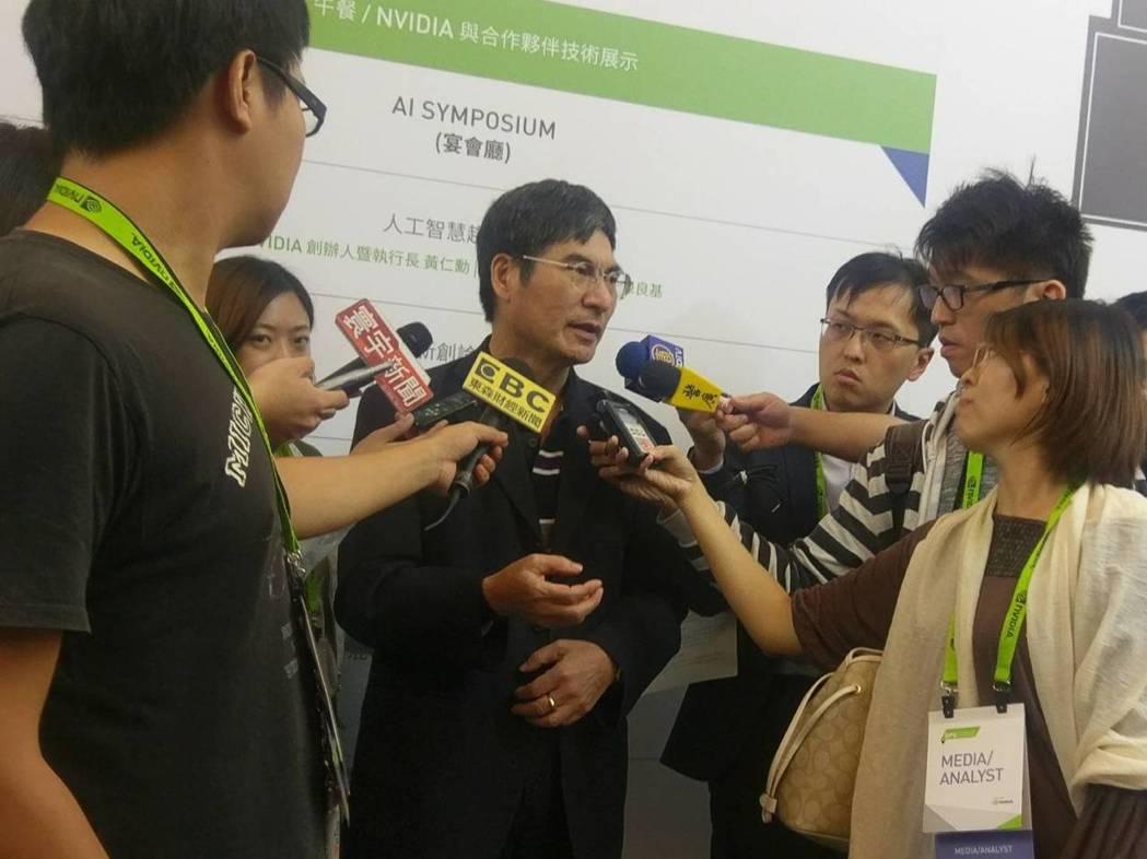 科技部長陳良基在與輝達執行長黃仁勳對談後接受媒體採訪。圖/記者陳慶徽攝。