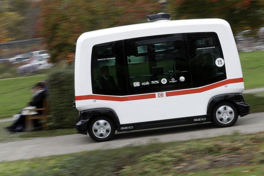 德國鐵路公司25日在德國南部的巴特比恩巴赫鎮,推出全國第一輛無駕駛的公共巴士。美...