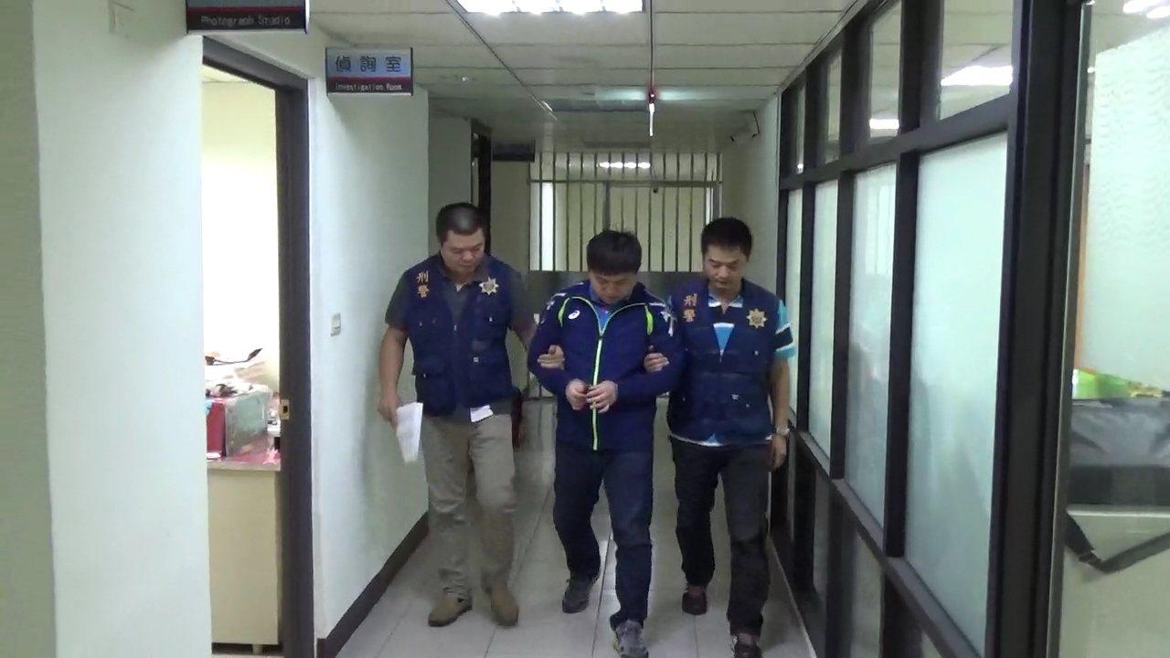 三光幫錢姓男子涉嫌率眾暴力討債,被刑事局拘提到案。記者陳金松/翻攝