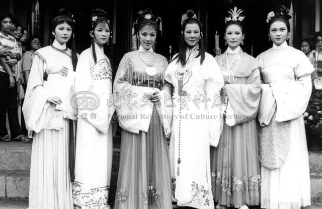 凌波(右三)飾演「紅樓夢」的賈寶玉。圖/取自文化部國家文化資料庫