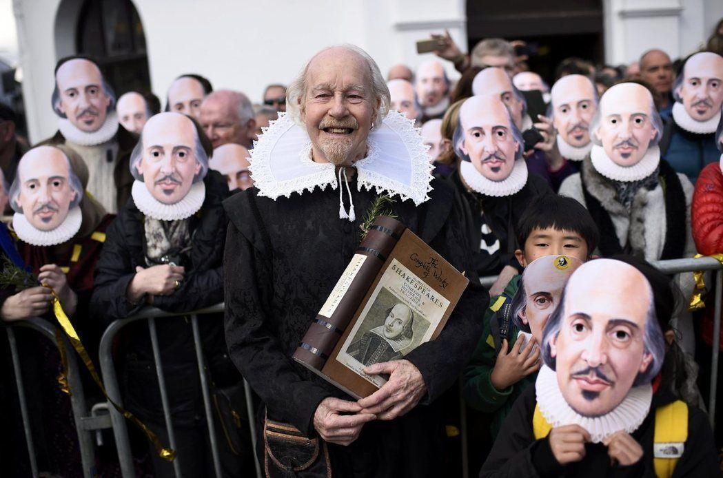在莎士比亞以劇作家活躍的年代,登台演出的演員完全沒有女性,女角皆由未變聲的男性擔...