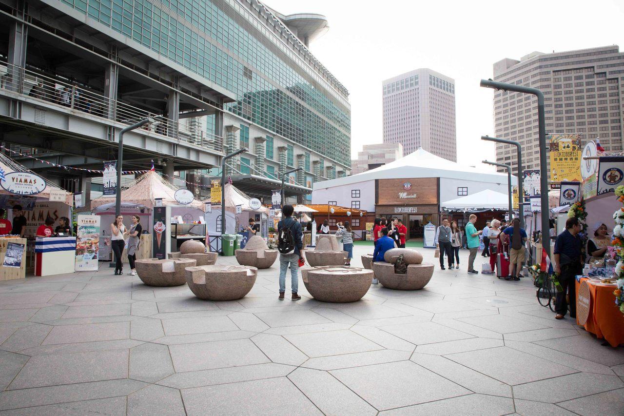 台北101在水舞廣場推出「歐洲風味嘉年華」。圖/台北101提供