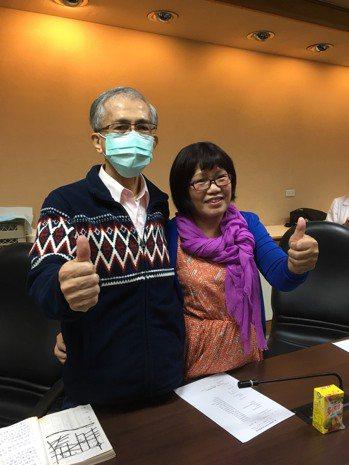 65歲高先生成功換肺,術後呼吸自如,今與妻子開心合照。記者黃安琪/攝影