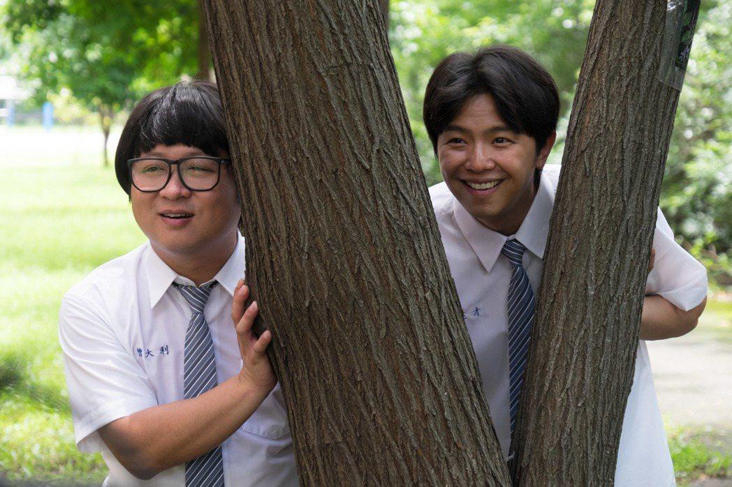 小鬼(右)和納豆詮釋同志伴侶。圖/瀚草影視提供