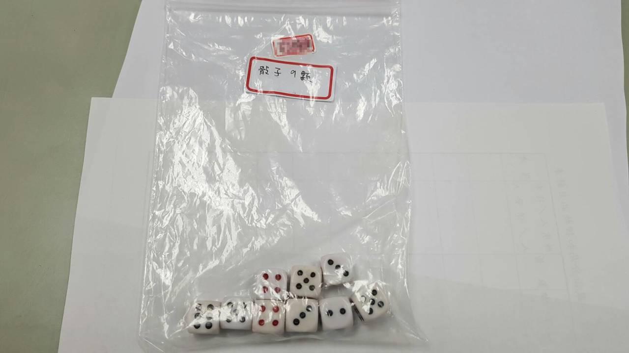 警方接獲檢舉後,在透天厝民宅內發現聚賭打麻將,現場查扣賭資近4萬元、帶回賭場負責...