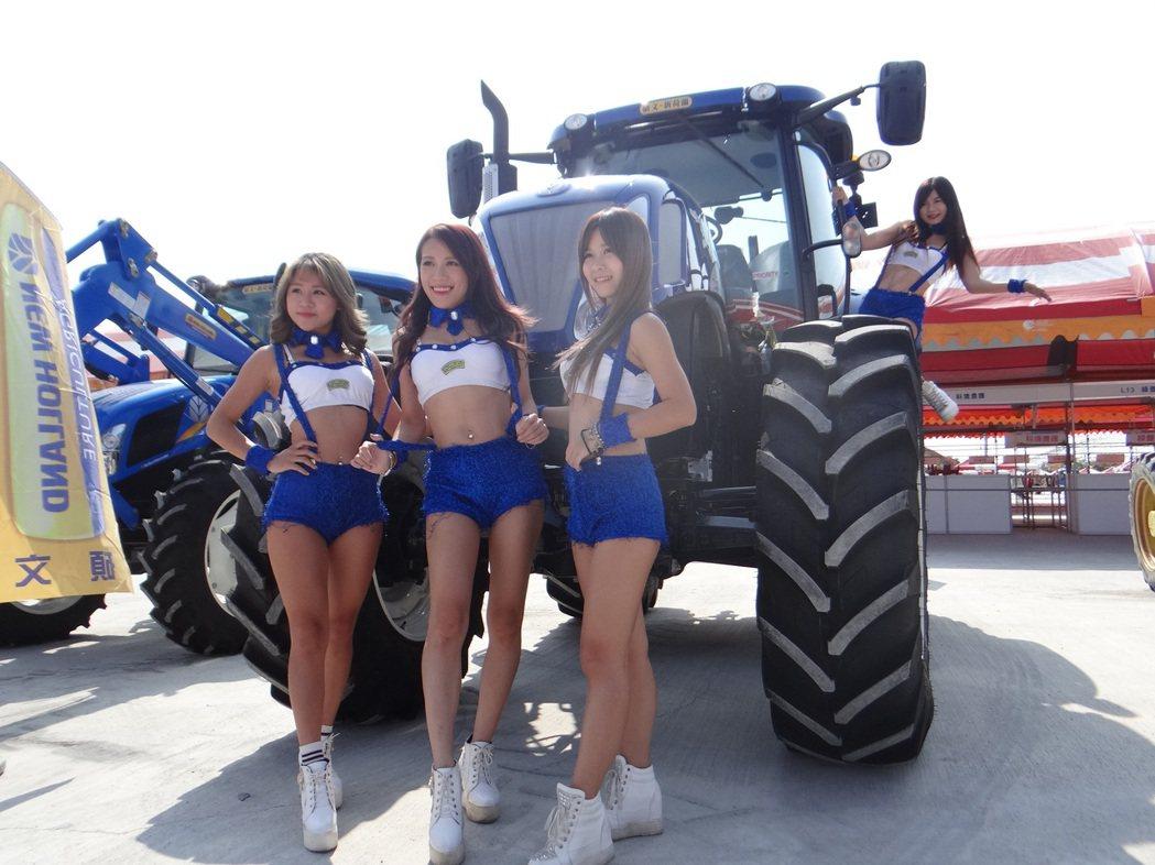 雲林國際農機展即將登場,穿著清涼的秀girl為農機代言。記者蔡維斌/攝影
