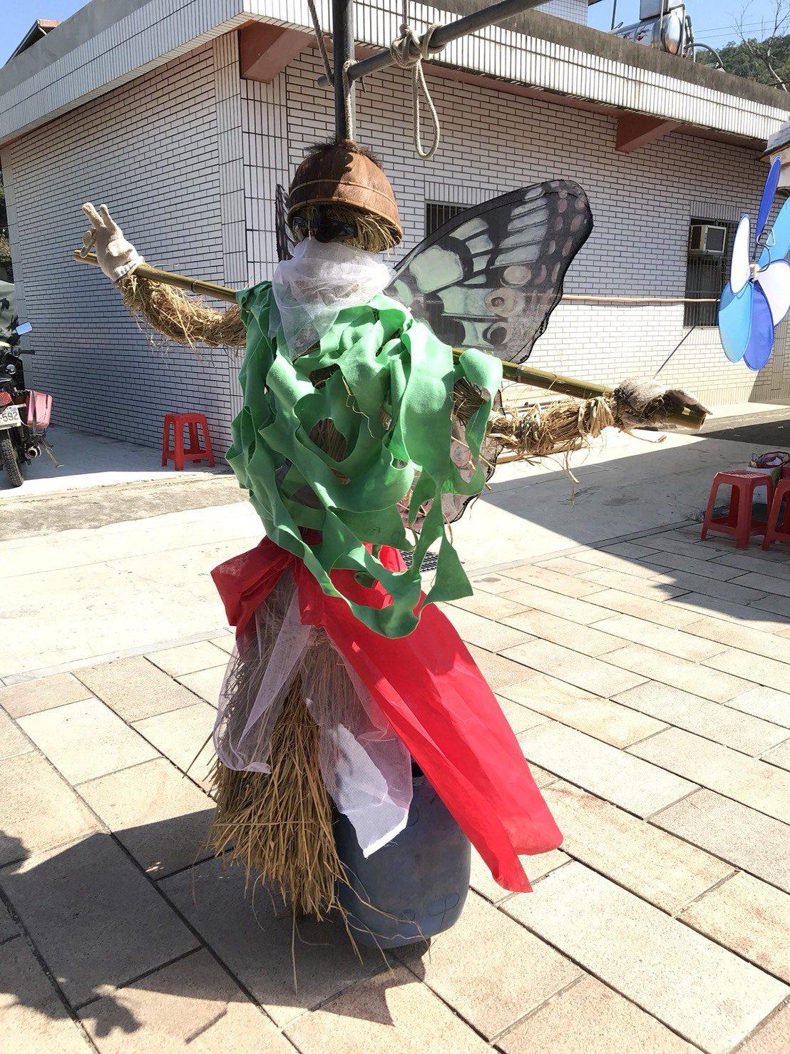 北埔鄉南外社區的蝴蝶稻草人奪下第二名。記者陳妍霖/攝影