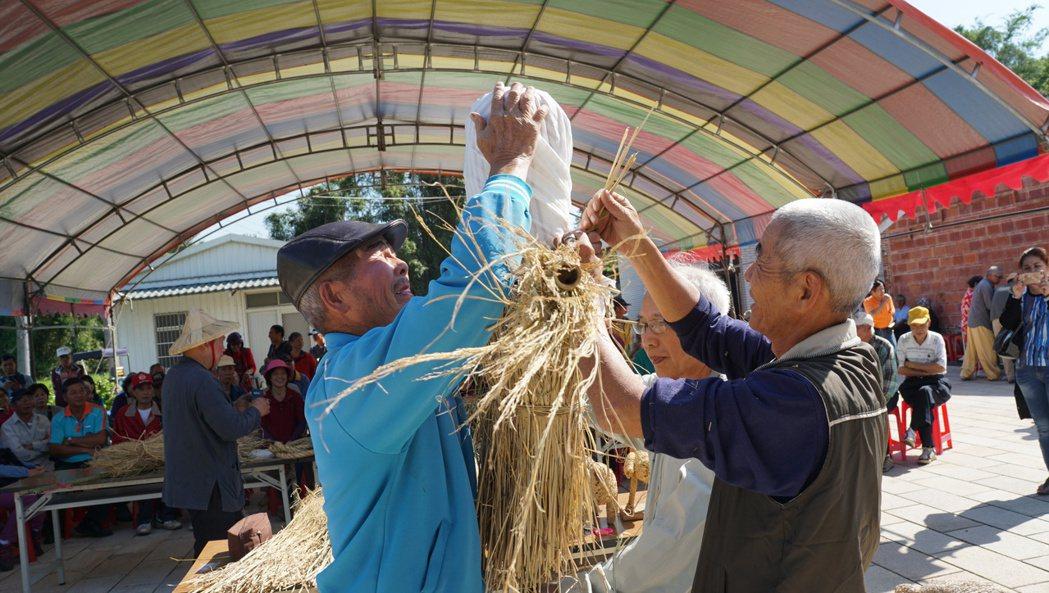 稻作收割玩稻草 阿公級達人教編稻草公仔