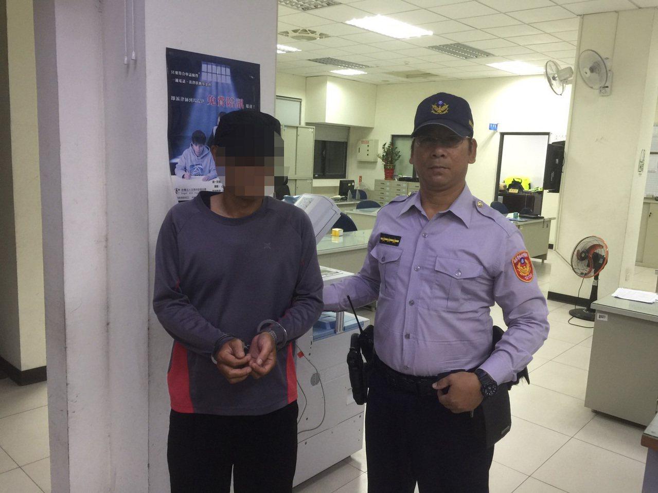 桃園市八德區一名竊盜慣犯,昨日至民宅偷竊,被警方當場逮捕。記者許政榆/翻攝