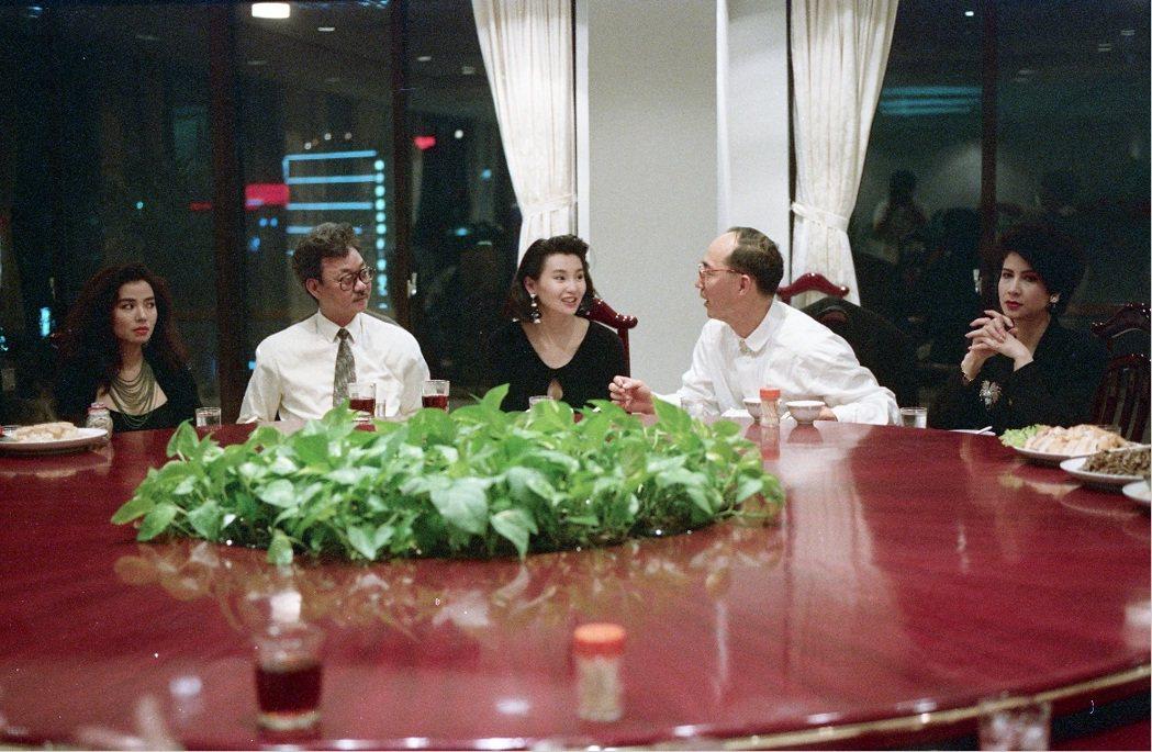陳自強(左二)親自來台陪鍾楚紅(左一)、張曼玉(中起)與導演「流金歲月」導演楊凡...