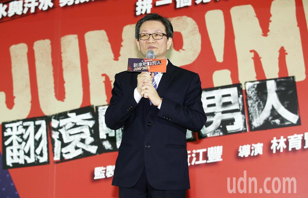 華南金控董事長吳當傑在記者會上宣布,將贊助四年片中兩位體操選手李智凱、黃克強和教...