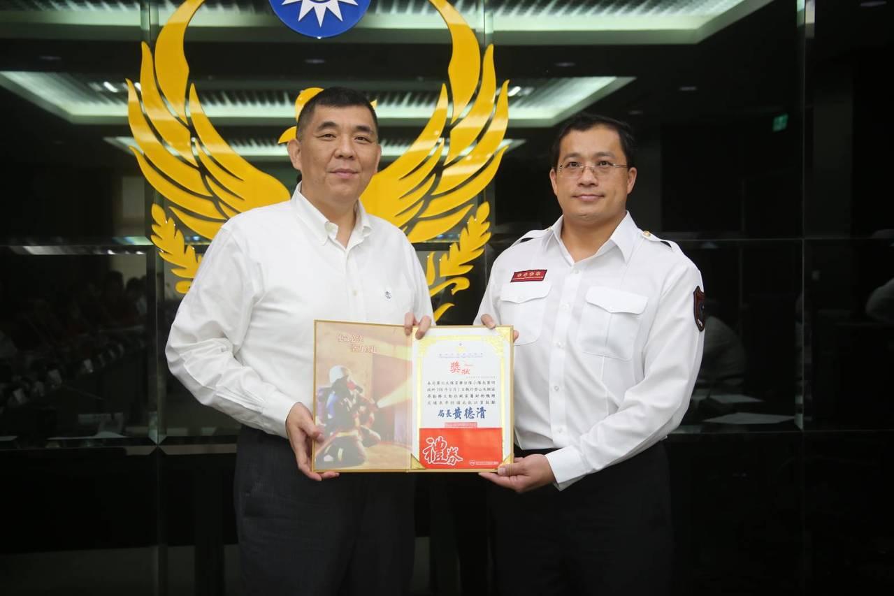 新北市政府消防局長黃德清(左)王姓男子家屬感謝的心意,化為隊員的實質表揚。圖/新...