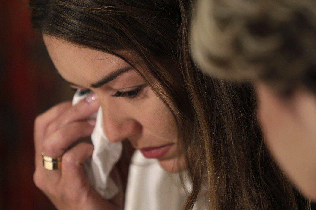 娜塔莎邁爾茲在記者會上提及過往傷痛,忍不住拭淚。圖/美聯社