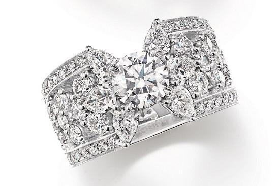 海瑞溫斯頓鑽石戒指,鑲嵌總重約4.39克拉鑽石。圖/海瑞溫斯頓提供