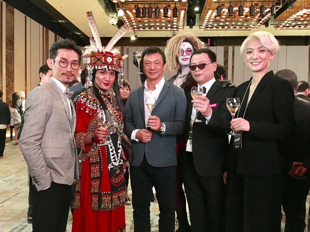 「大佛普拉斯」導演黃信堯(左三),在東京影展開幕酒會上與「阿莉芙」劇組相聚,特別