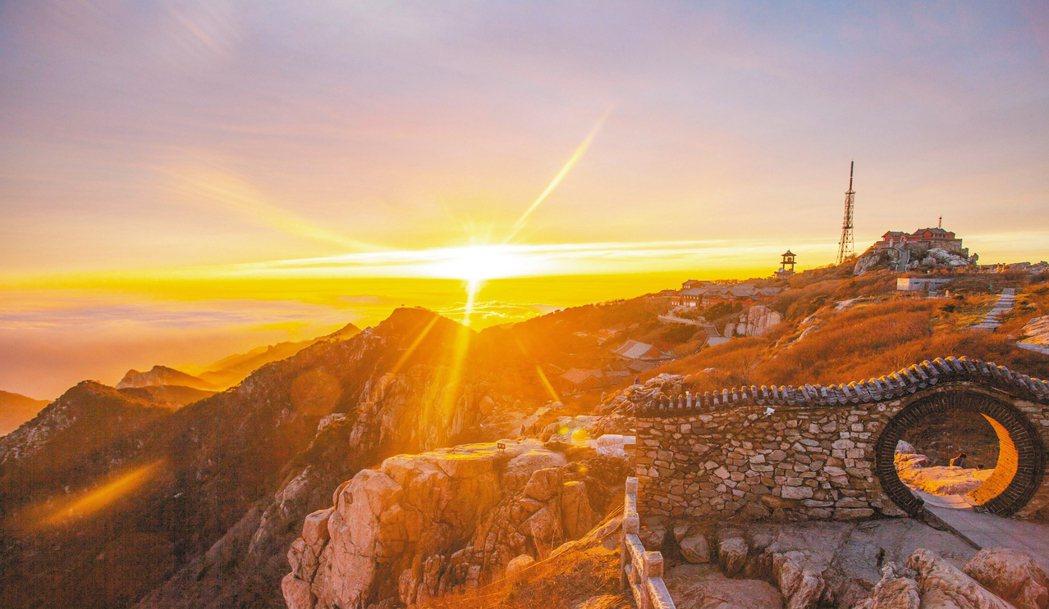 泰山日出,是岱頂的奇觀之一。 圖/本報山東泰山傳真
