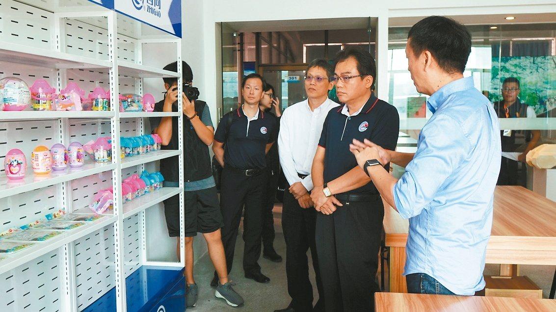 虎門台商會長蕭銘任(右二)與台企代表,參觀粵台學院教學情形。 苗君平/攝影