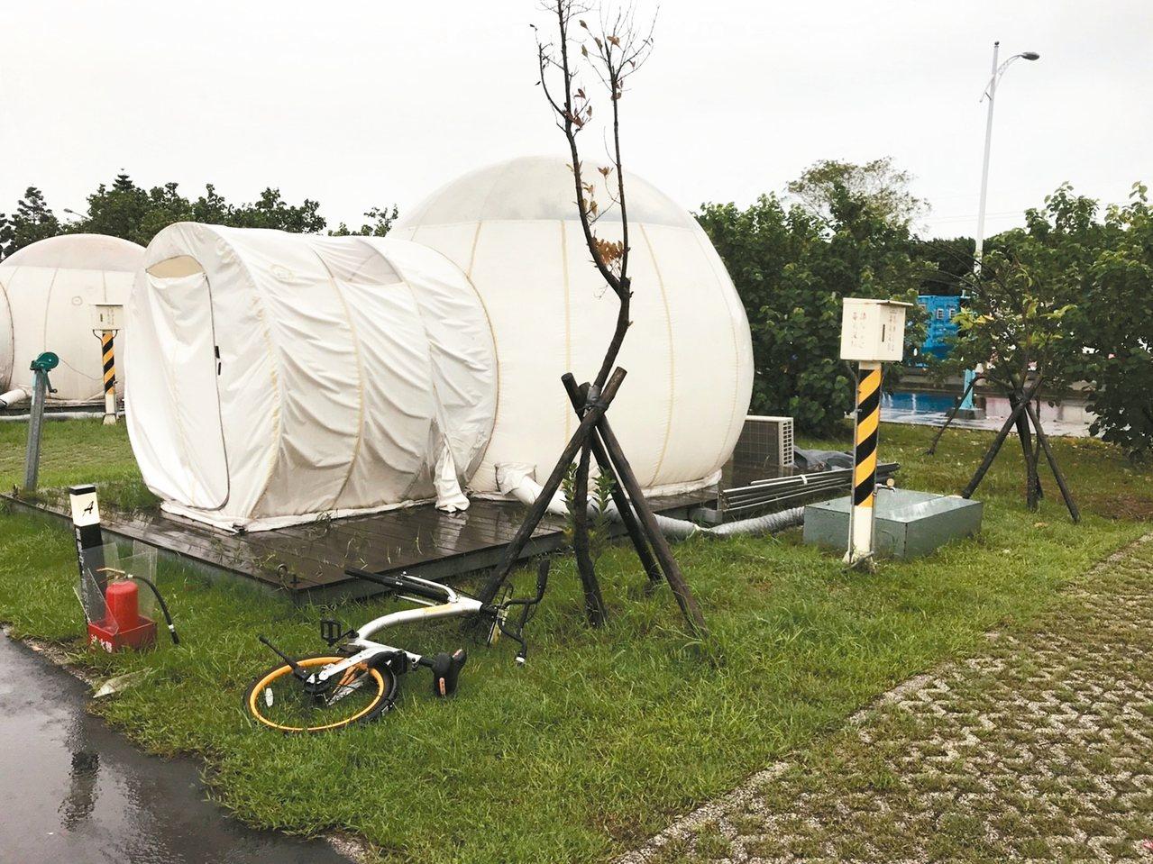 新北市水利局去年委外經營的八里文化公園露營區引進泡泡帳篷,昨遭議員踢爆露營區環境...