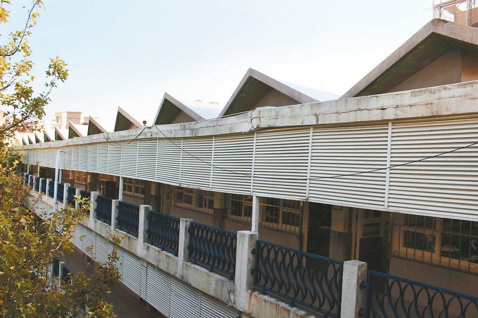 新竹市光華國中和平樓有竹市僅存的無穿堂波浪型屋頂校舍,目前結構體堅固無虞。 記者...