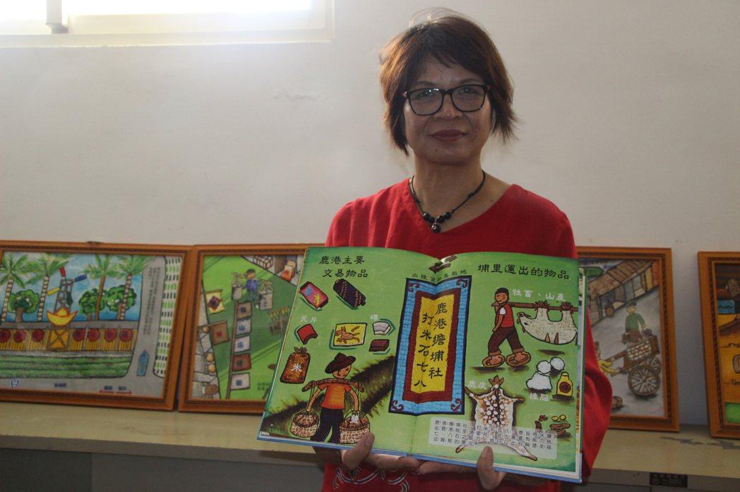 芬園圖書館長李玉蟾指導婆婆媽媽收集蛋殼作畫集成繪本。 記者林敬家/攝影