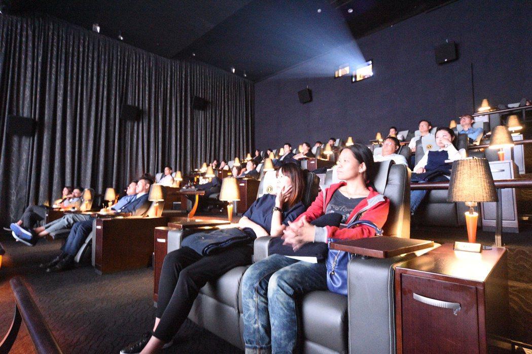 高雄威秀影城整修完成,配合萬聖節,在10月底前到頂級影廳看電影,就可獲限量「萬聖...