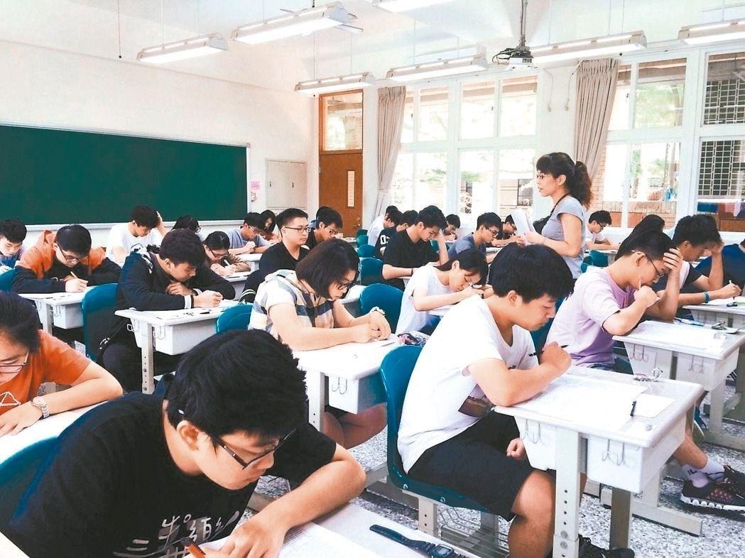 鼓勵國中畢業生在地就學,新北市教育局昨宣布,107學年度增加1千名優先免試入學名...