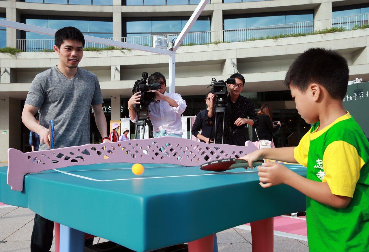 桌球國手莊智淵(左)與台北市忠孝國小附設幼稚園的小朋友一起打桌球。記者徐兆玄/攝...