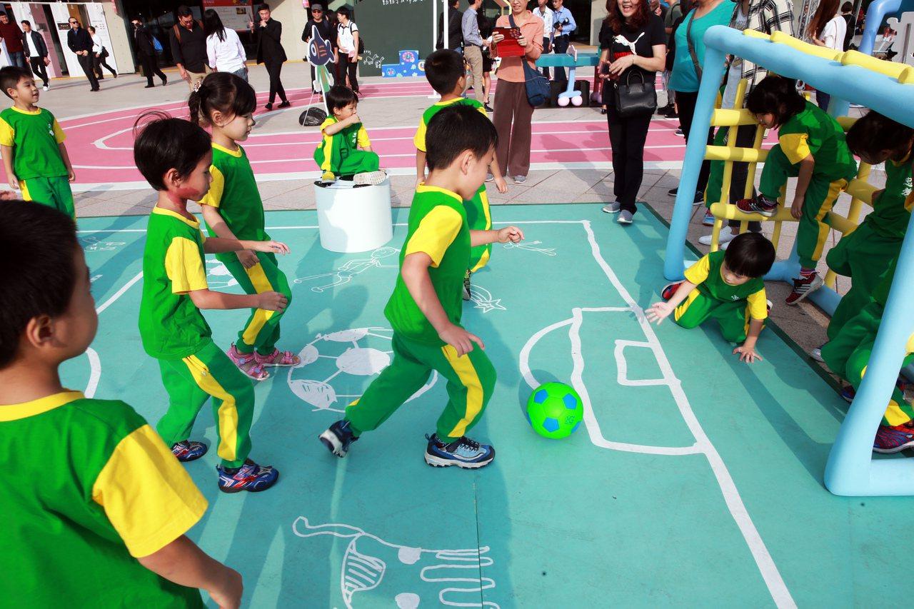 台北市忠孝國小附設幼稚園的小朋友們下場踢足球。記者徐兆玄/攝影