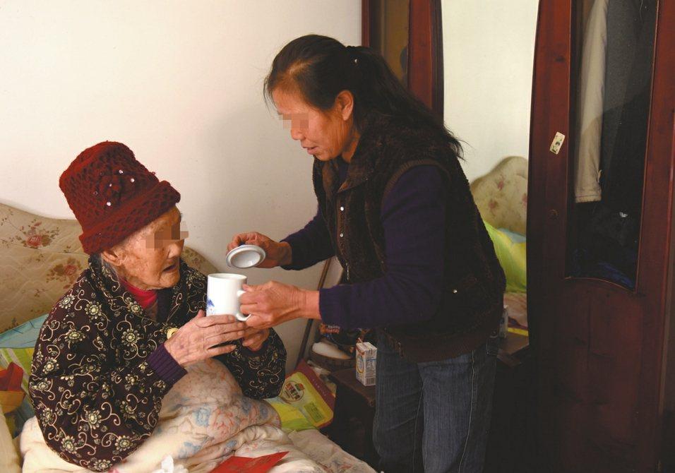 百歲老人李婆婆的生活得到兒媳照顧。取材自成都全搜索新聞