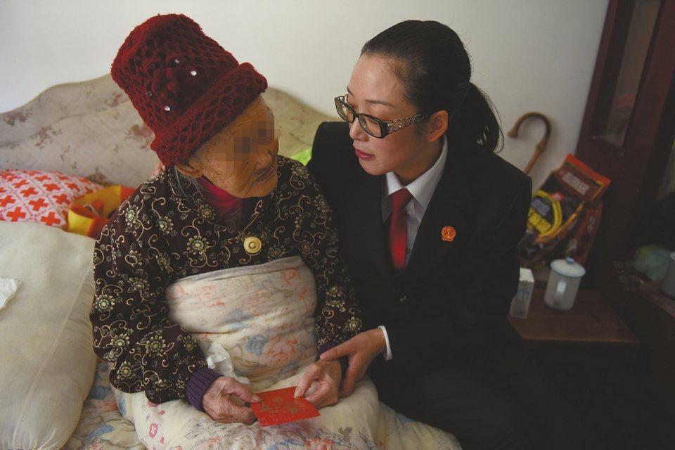 10月26日,彭州丹景山鎮,祝增巧法官和同事們回訪102歲的李婆婆,並送上慰問金...