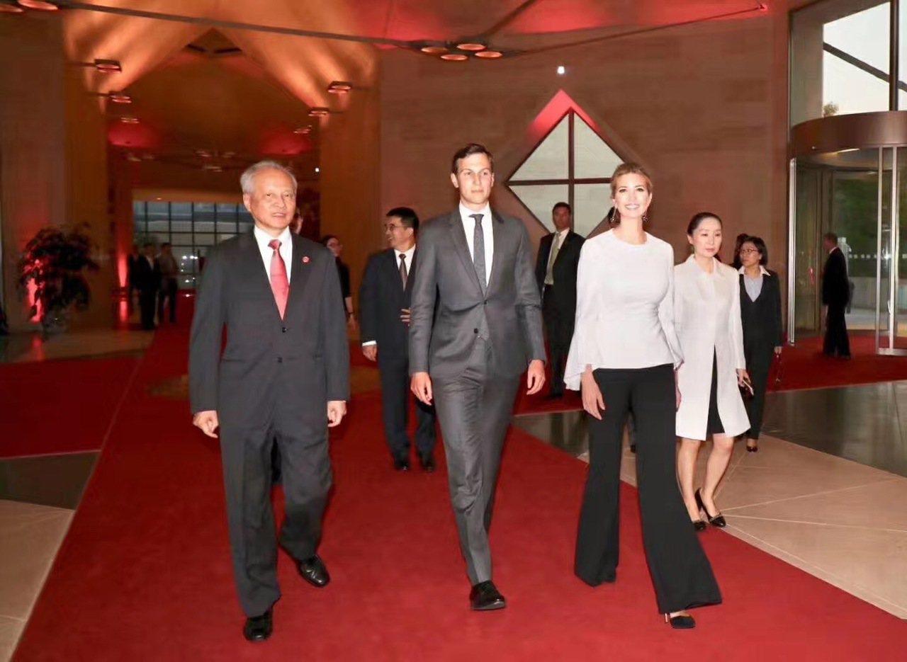 白宮總統顧問庫許納與第一千金伊凡卡,月初赴中國駐美大使館參加活動,左為中國駐美大...