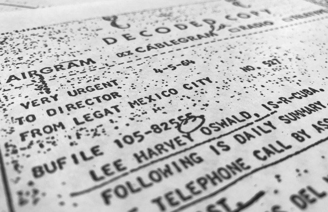 聯邦國家檔案局26日晚依法公布2800件刺殺甘迺迪總統的調查機密檔案。其中一件1...