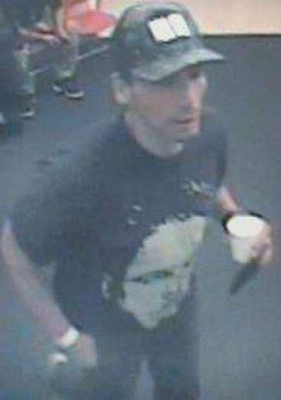 圖為涉嫌偷取背包的嫌犯。(圖:德利市警方)