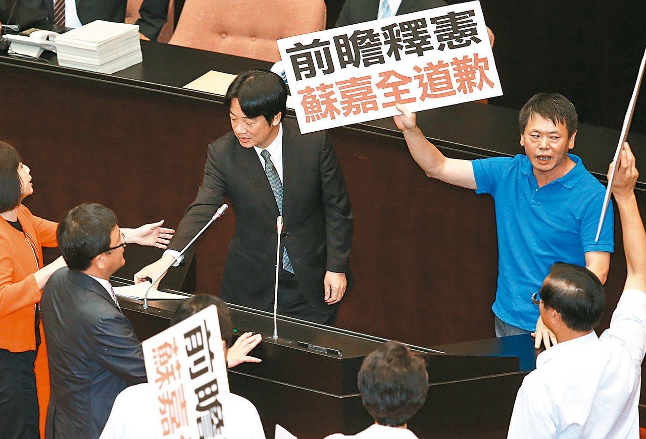 前瞻首期預算案,「一事不二議」的處理程序遭批違憲,國、親黨團聯手於9月25日提釋...