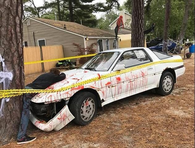 美國紐澤西一對夫婦為了慶祝萬聖節,在庭院打造了一個「殭屍被車撞死」的場景,引發鄰...