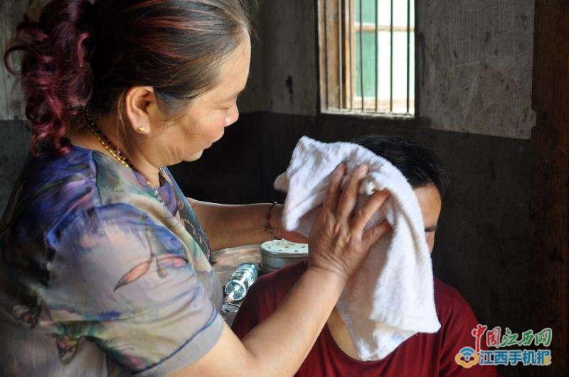 中國南昌的徐美花因為十幾年前受到鄰居臨終託孤,因此照顧了一對智能障礙兄弟十餘年。...