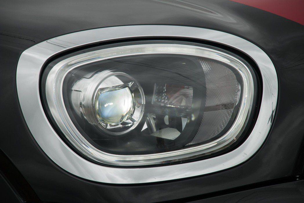 LED頭燈組。記者林昱丞/攝影