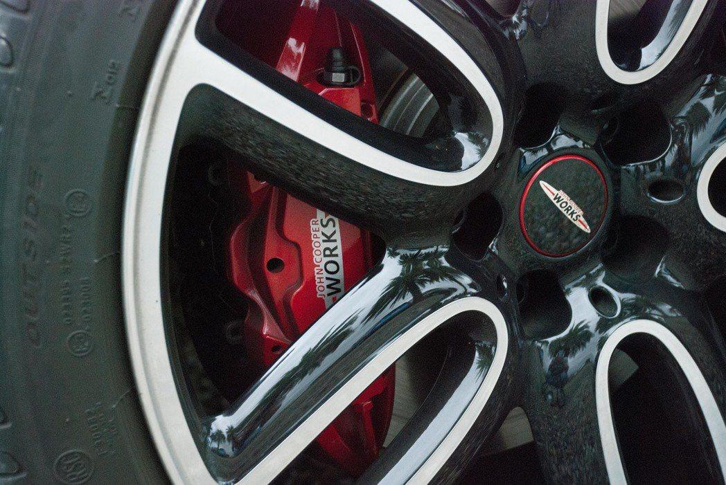 19吋的JCW雙色輪圈與JCW高性能煞車卡鉗。記者林昱丞/攝影