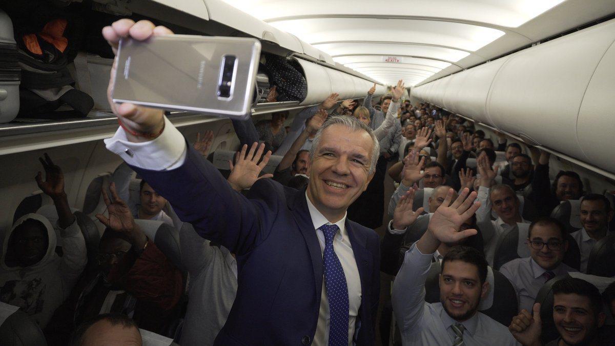 三星西班牙副總裁在機艙現身,與所有乘客一同自拍。 圖擷自twitter