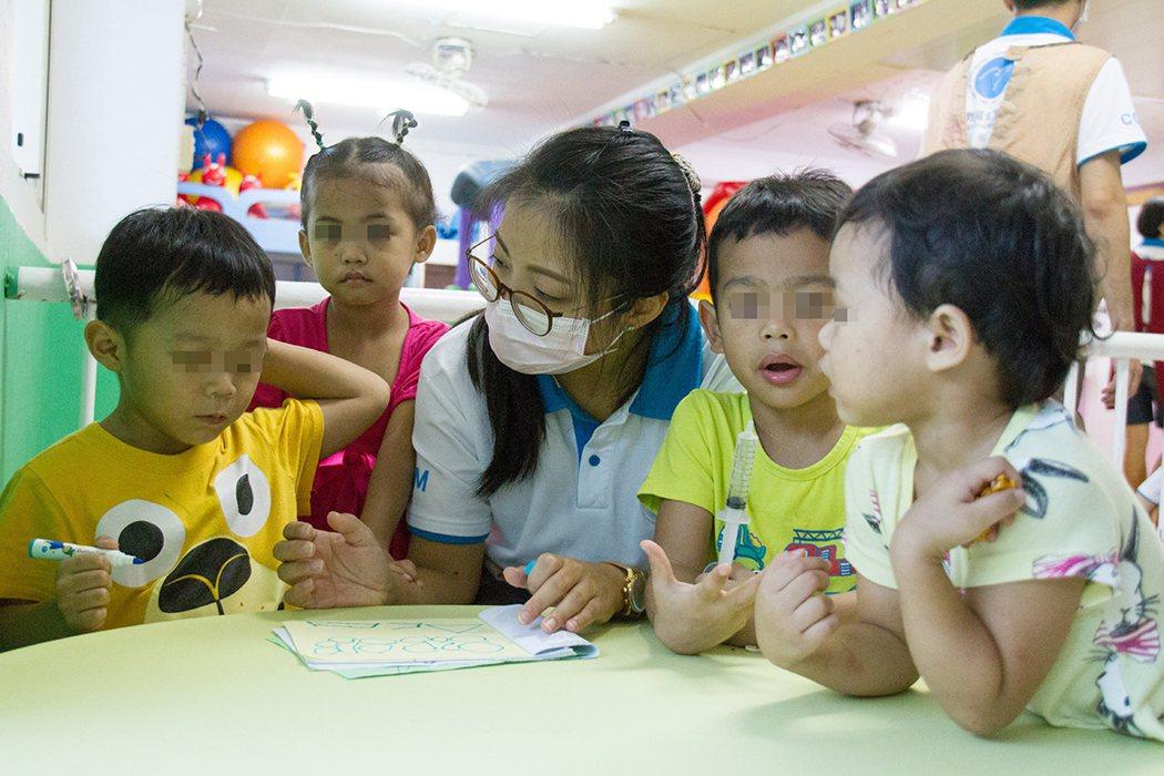 職能治療師評估孩子認知能力。圖/CGM 提供