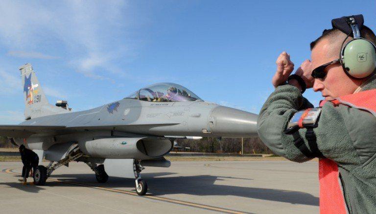 美軍主力戰鬥機型之一的F16,日前竟因引擎組裝錯誤而發生墜毀意外。 (CNN)