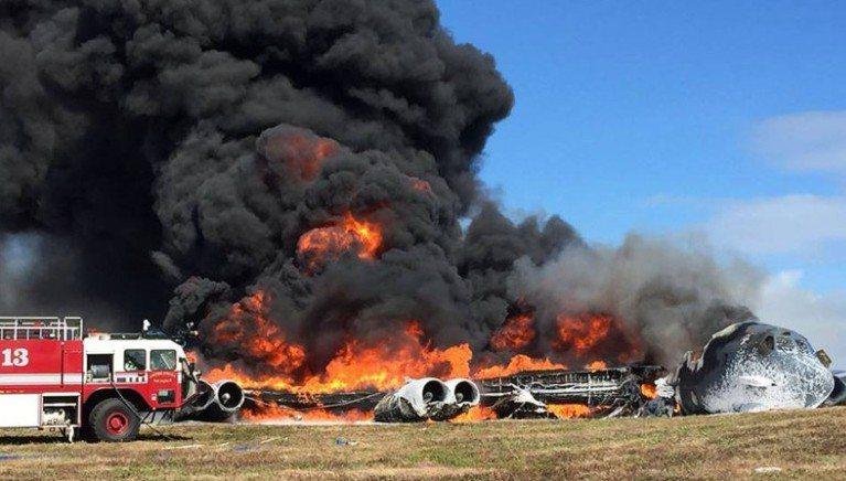 美軍一架B-52轟炸機去年5月也在關島墜毀,地上殘骸陷入火海,升起濃密黑煙。 (...
