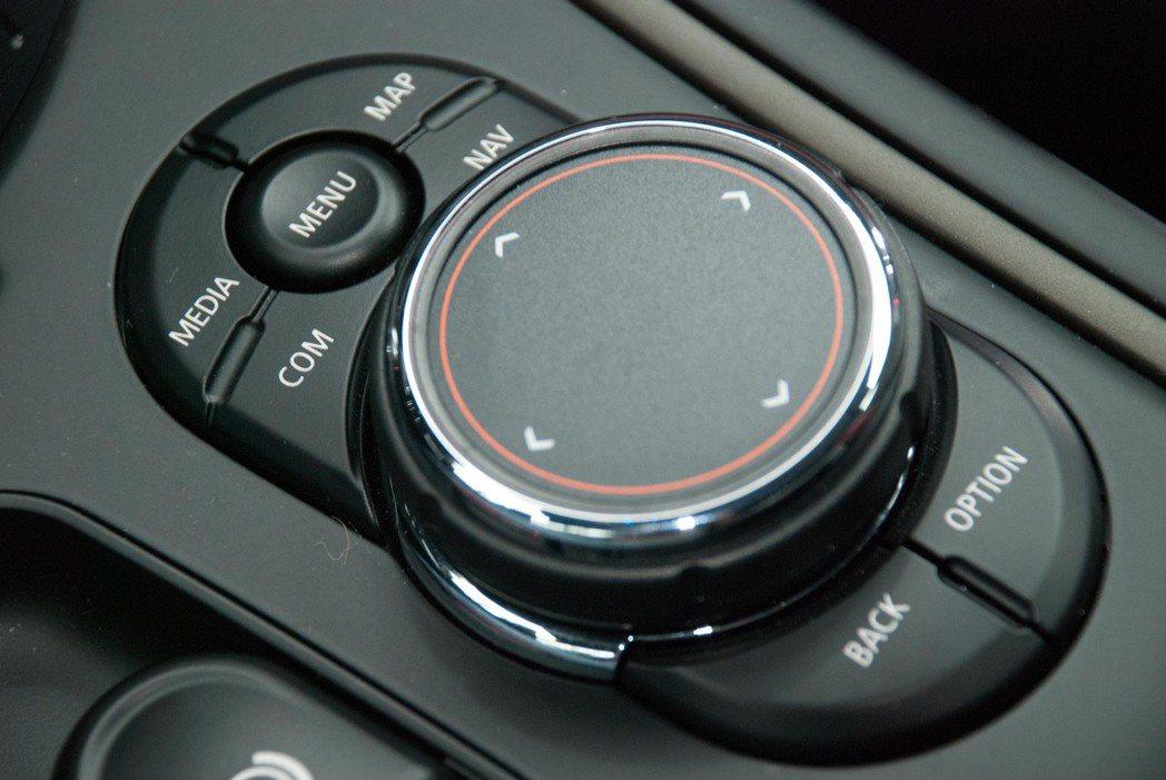 按鈕配置以及觸控面板。記者林昱丞/攝影