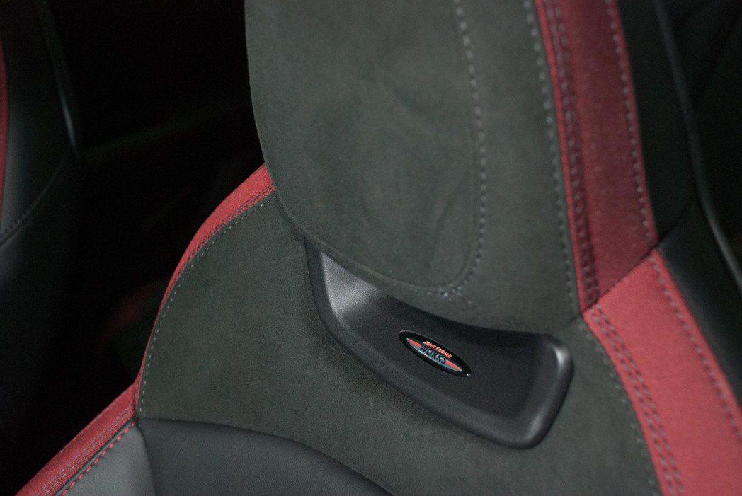 筒型賽車座椅上的JCW銘牌。記者林昱丞/攝影