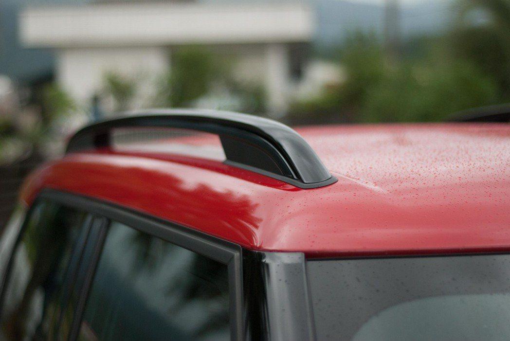 紅色車頂搭配上黑色行李箱架,熱血中帶著休旅感,衝突卻又不違和。記者林昱丞/攝影