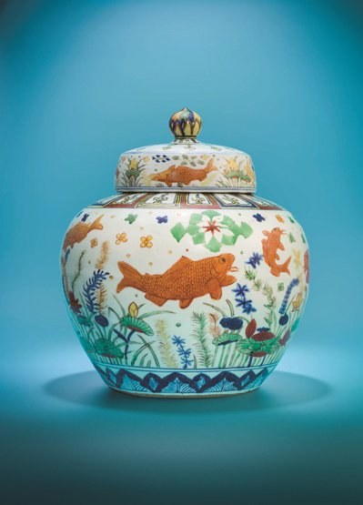 曹興誠收藏的「明嘉靖五彩魚藻紋蓋罐」曾保持世界瓷王寶座4年。 圖/香港佳士得提供