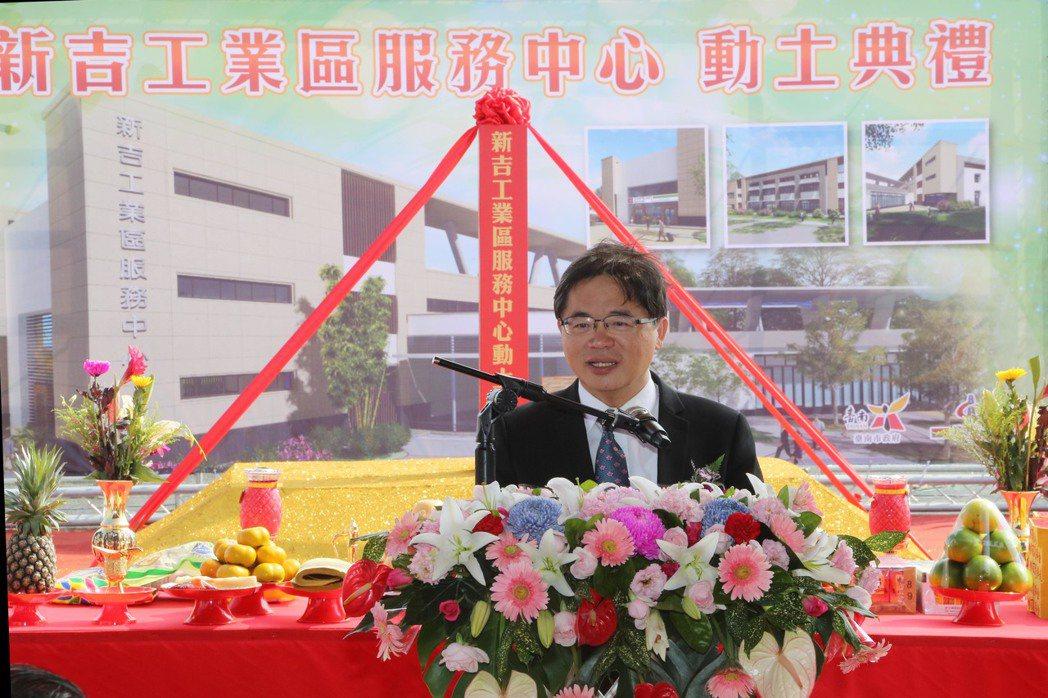 台南市代理市長李孟諺,日前遭議員嗆聲「是躲避球隊嗎?一直閃」他妙回「我是合唱團」...