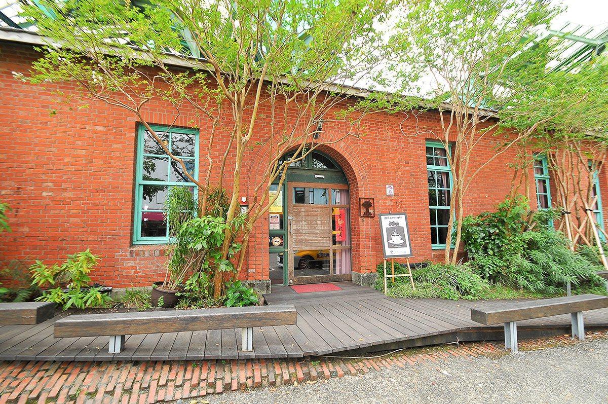 「百果樹紅磚屋」過去曾是宜蘭的米穀檢查所。