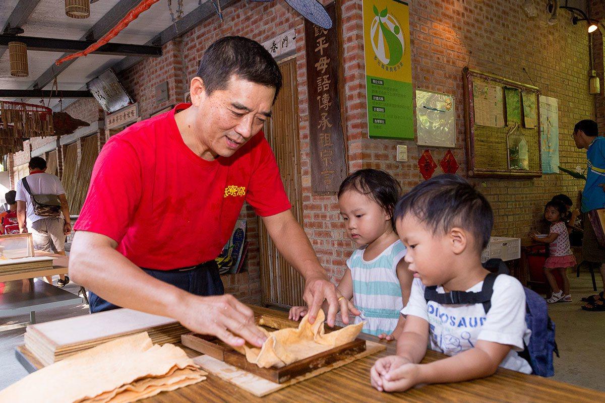 手抄紙DIY讓孩童體驗古早傳統技藝的樂趣。