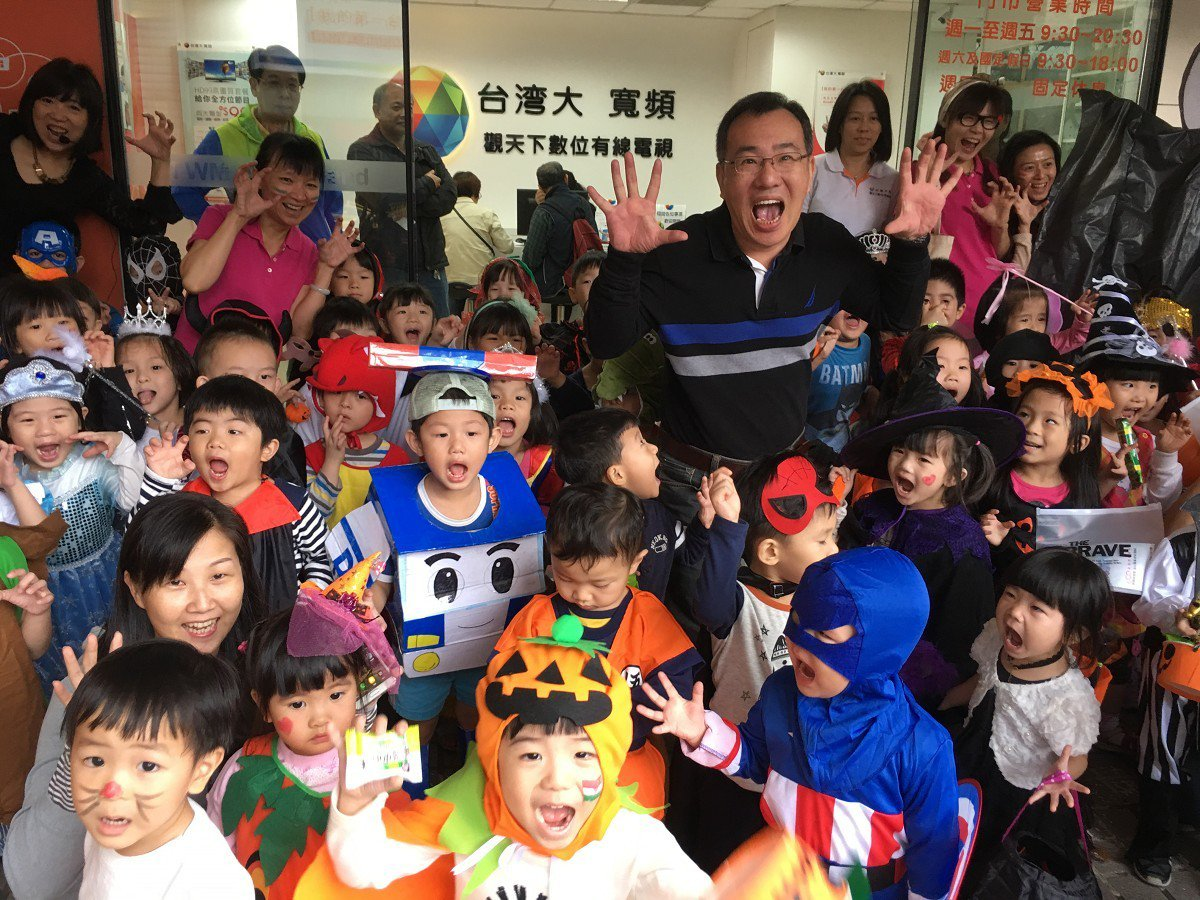 汐止幼兒園就帶著上百位學童過萬聖節,經過觀天下有線電視門市,向服務人員張牙舞抓討...